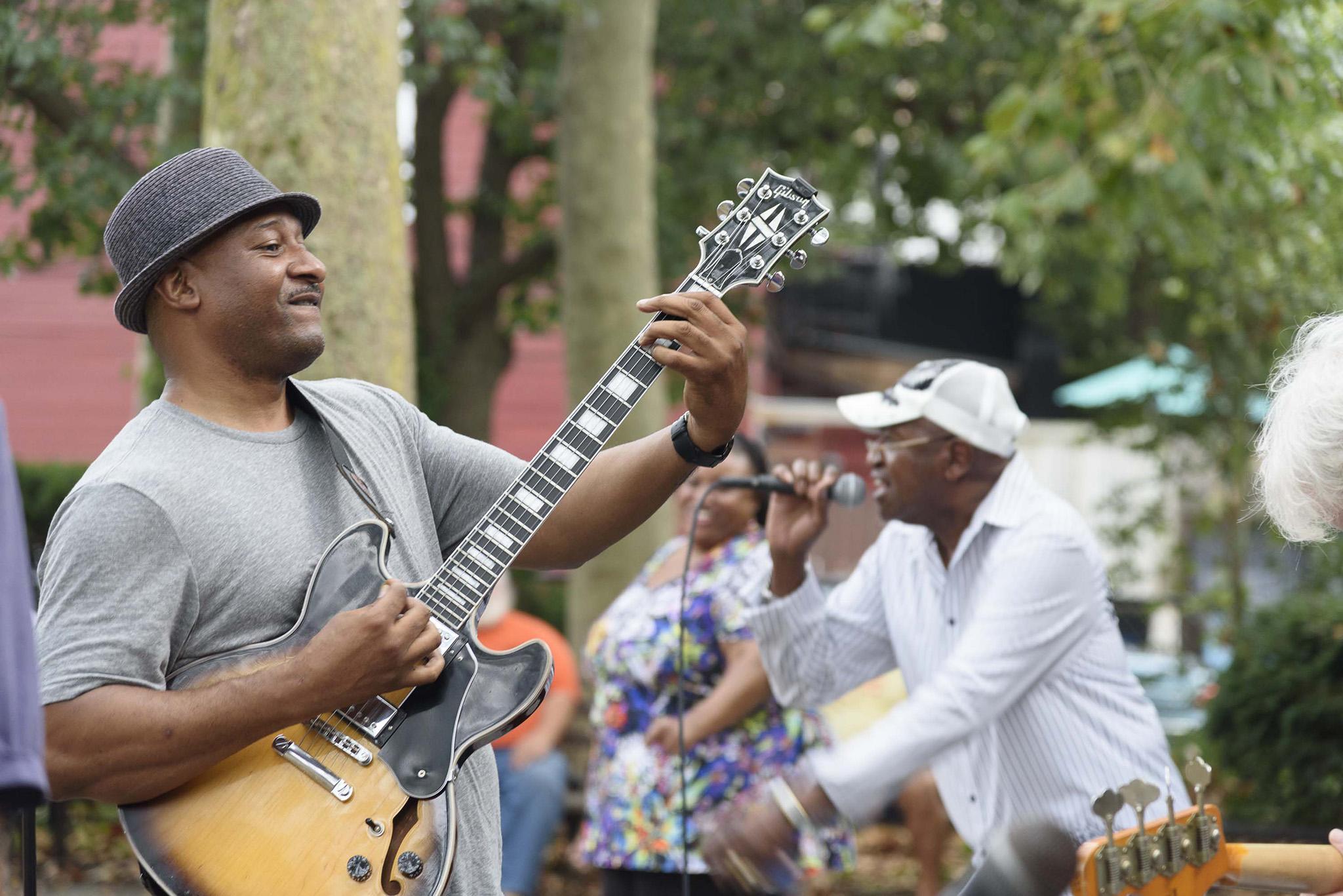 Live music at the arts and crafts fair | Photo: Rick DeWitt